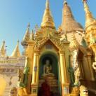 Ein Mönch meditiert vor der Shwedagon-Pagode in Myanmars Hauptstadt Rangun.