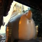 Sogar die Rosetten der Statuen werden vergoldet (Rangun, Myanmar).