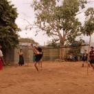 Sehr gelenkige Jugendliche beim Fußball-Tennis. Natürlich wird um Geld gespielt (Bagan, Myanmar).
