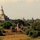 Ein Blick über die Tempelanlagen Bagans (Myanmar).