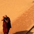 Ein Mönch fotografiert seine Schüler beim Besuch eines Tempels in Myanmar
