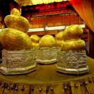 Über Jahrhunderte versehen Gläubige die Buddha-Statuen mit Blattgold, sodass heute lediglich die Umrisse eines Schneemanns erkennbar sind (Inle-See, Myanmar).