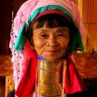 Durch Metall-Spiralen verlängert sich die traditionelle Birmanesin den Hals.