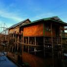 Das ruhige Wasser reflektiert die Umrisse eines Hauses im schwimmenden Dorf (Inle-See, Myanmar).