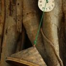 Symbolischer geht es nicht. Ein alter Reishut ist an dem Baum genagelt. Er dient als Abdeckung für Trinkwasser, welches am Straßenrand für Wandermönche bereitgestellt wird. Die Zeit scheint stehengeblieben zu sein (Mandalay, Myanmar).