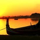 Ein Fischer kreuzt meinen Weg an einem See, südlich von Mandalay (Myanmar).
