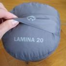 Lamina 20: ...bietet allerdings eine praktische Schlaufe, die das Rausziehen des Schlafsacks erleichtert