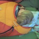 Viele Kinderschlafsäcke sind mit Kunstfasern gefüllt.