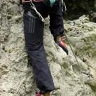 Evolv - Luchador Lace steht und hookt im Kalkstein