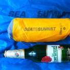 Sea to Summit Ultralight Mat: Größenvergleich mit einem Hopfengetränk