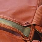 ... die Liebe zum Detail wird auch in der Prägung im Leder am Tragegriff schnell deutlich.