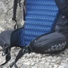 Squamish Hoody in der linken Tasche und Regenhülle in der rechten Tasche