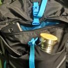 Oberhalb der großen elastischen Fronttasche befindet sich eine Reißverschlusstasche mit viel Platz für Brillen, Geld, Papiere, Smartphone.