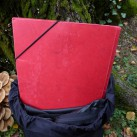 Tipp für unterwegs - eine Mappe oder ein Magazin dienen als improvisierte Rückenplatte