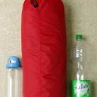 Das Unna im Größenvergleich mit einer 0,7 Liter Nalgene OTF- und einer 1,5 Liter PET-Flasche