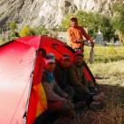 Auch von den Dorfbewohnern von Skiu wird das Zelt ausgiebig inspiziert