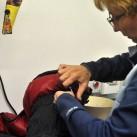 Annett zeigt uns, wie die Daunenschlafsäcke behandelt werden.