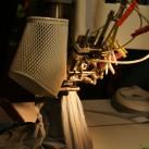 Handarbeit an der Nahtbandmaschine