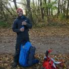 Stefan hat gut lachen: Wo andere Rucksäcke schnell umfallen, steht der Abisko 65 dank des festen Bodens wie eine Eins!