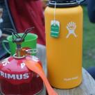 So werden wohl viele die Hydro Flask Wide-Mouth-Isolationsflasche nutzen: Heißes Wasser und Teebeutel rein - los geht's!