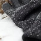 Die Wolle wärmt auch wenn sie im Schnee nass wird.