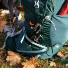 In den elastischen Seitentaschen finden die Stöcke ihren Platz