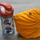 Größenvergleich: Squamish Hoody verpackt in der Brusttasche mit Nalgene-Flasche (0,35l)