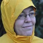 Hochschließender Kragen und gut sitzende Kapuze mit Schirm: Viel Wetterschutz auch für Brillenträger.