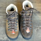 Meindl baut seit Jahren Schuhe mit einem Comfort-Fit Leisten für breitere Füße (Bernina mit Comfort-Fit Leisten (links) im Vergleich zum Borneo)