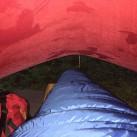 Blick unters Tarp 5: Ausreichend Platz für einen Schlafenden. Am Dach ist die entstandene Kondensfeuchte gut erkennbar