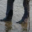 Farblich perfekt abgestimt: Schuhe, Hose, Stöcke.