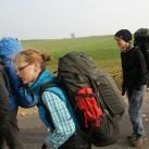 Zusammengefaltet wurden die Stöcke in ihrem Packbeutel verpackt an der Seite am Rucksack befestigt.
