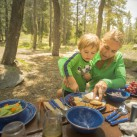 Family Cooking Breakfast Together While Camping (Foto: copyright GSI outdoor)