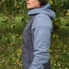 Die Jacke ist im Rückenbereich leicht verlängert geschnitten, ...