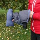 ... doch die Wolle bauscht so sehr, dass die Testjacke nicht ganz in die dafür vorgesehene Tasche passt.