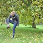 Anne beim morgendlichen Yoga - Schuhsohlen vom Schlamm befreien