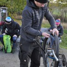 Gehört wohl zu jeder Radtour: Einer muss flicken ...