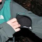 Die Belüftung erfolgt über kurze Reißverschlüsse am Oberarm.
