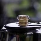 Deckelgriff aus hitzebeständigem Kunstststoffgriff - kein Problem, wenn der Percolator in der Glut steht