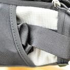 Der Schultergurt passt in die seitliche Außentasche