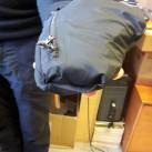 Die Jacke passt in die Brusttasche, ...