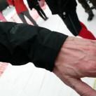 Elastikbündchen schließen die Arme ab