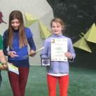 Siegerehrung Jugend C weiblich - Kaja als Tageszweite sucht sich ihren Preis aus