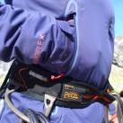 Die Taschen bieten nicht nur Raum zum Händewärmen, man kommt an den Inhalt auch heran, wenn man einen Sitztgurt (oder Rucksackhüftgurt) trägt.