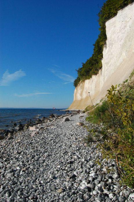 Strandweg unterhalb der Felsen
