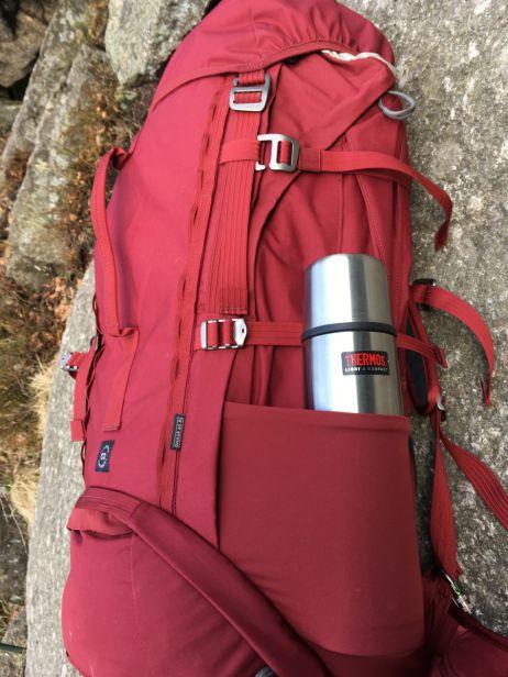 Seitentasche des Lundhags Gnaur 60 mit 1-Liter-Thermosflasche