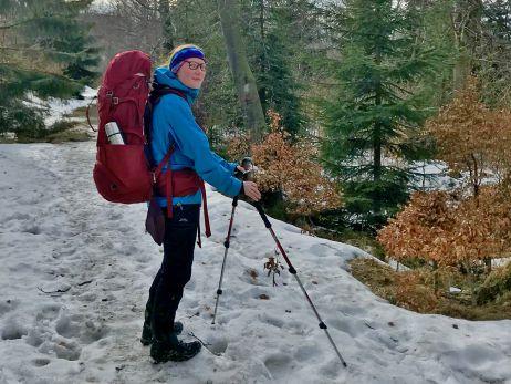 Wandernder Mensch mit Trekkingrucksack