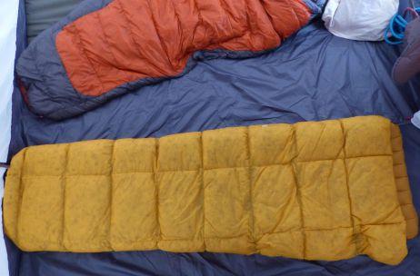Der Ember Quilt mit zugezogenen Elastikschlaufen (von oben)