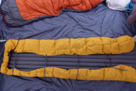 Der Ember Quilt mit zugezogenen Elastikschlaufen (von unten)