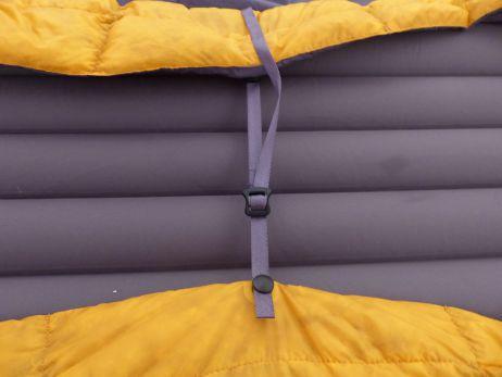 Durch die Elastikschlaufen lässt sich der Quilt an der Isomatte befestigen